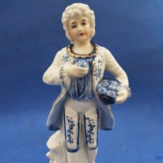 Antigüedades: CABALLERO GALANTE CON CESTO DE MANZANAS , PORCELANA MADE UN JAPAN ,AÑOS 1970. Lote 194924712