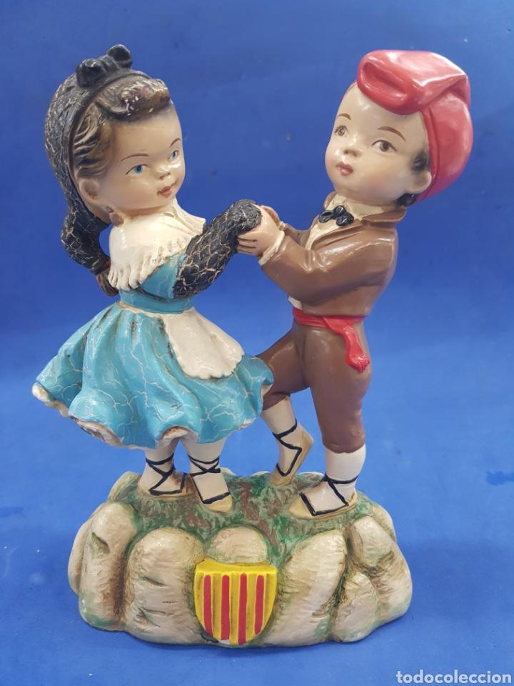 PAREJA DE CATALANES BAILANDO, ESTUVO POLICROMADA, AÑOS 1950-60 (Antigüedades - Hogar y Decoración - Figuras Antiguas)