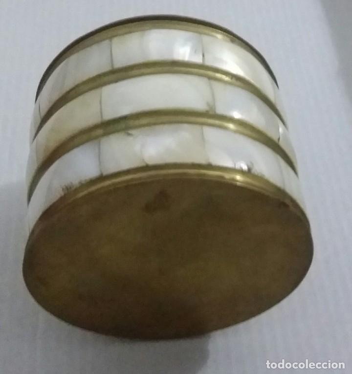 Antigüedades: COFRE DE NÁCAR. CAJA DE BRONCE Y MADREPERLA. HERMOSO COFRE BRONCE. CAJA CIRCULAR - Foto 7 - 194928337
