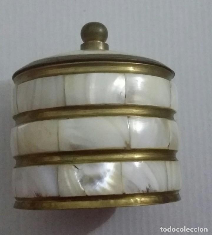 Antigüedades: COFRE DE NÁCAR. CAJA DE BRONCE Y MADREPERLA. HERMOSO COFRE BRONCE. CAJA CIRCULAR - Foto 8 - 194928337