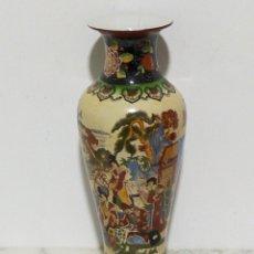 Antigüedades: GRAN Y ANTIGUO JARRON JAPONES PINTADO A MANO 36CM. Lote 194970915