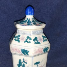 Antigüedades: JARRÓN DE PORCELANA FINA CHINA DECORADAS A MANO. Lote 195007150