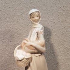 Antigüedades: FIGURA DE PORCELANA LLADRÓ DE MUJER CON CESTA DE HUEVOS Y GALLINA EN BRAZOS. ALTURA 25 CM.. Lote 195008263
