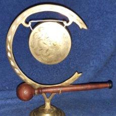 Antigüedades: CENTRO DE MESA ARTESANAL EN LATÓN Y MADERA. Lote 195012757
