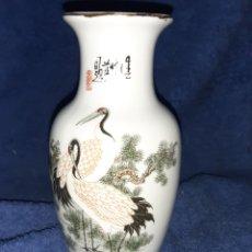 Antigüedades: JARRÓN ARTESANAL CHINO EN PORCELANA FINA. Lote 195012936