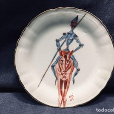 Antigüedades: PLATO PORCELANA ESPAÑOLA QUIJOTE DE LA MANCHA ROCINANTE LANZA PINTADO A MANO FIRMA ANTON ARCE 16,5CM. Lote 195026282