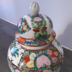 Antigüedades: JARRÓN TIBOR CON TAPA PORCELANA CHINA PINTADO A MANO.. Lote 195027803