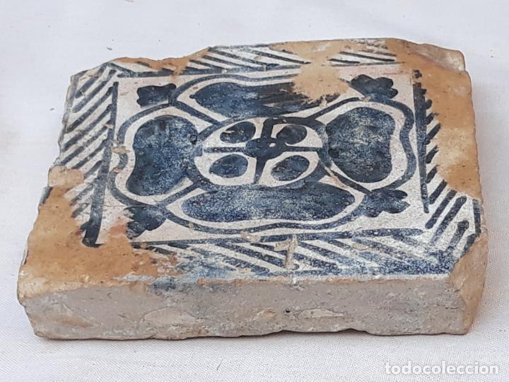 AZULEJO ANTIGUO GOTICO ( OLAMBRILLA ) MANISES ( VALENCIA ) SIGLO XV. (Antigüedades - Porcelanas y Cerámicas - Manises)