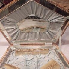 Antigüedades: ESTUCHE DE JUEGO DE 3 PEINES CON ESPEJO. Lote 195051812