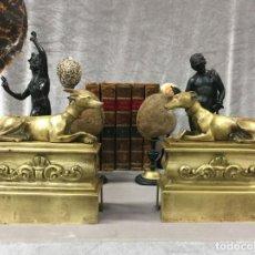 Antigüedades: PAREJA DE MORILLOS CHENETS GALGOS BRONCE DORADO FRANCIA XIX. Lote 195052396