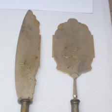 Antigüedades: ANTIGUOS CUBIERTOS DE SERVIR TARTA GRABADOS. Lote 195055666