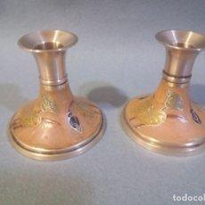 Antigüedades: PAREJA DE PORTAVELAS DE BRONCE. Lote 195058508