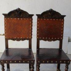 Antigüedades: PAREJA DE SILLAS EN MADERA TALLADA Y CUERO REPUJADO. Lote 195060756