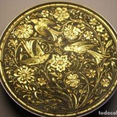 Antigüedades: BONITO PLATO DE DAMASQUINADO TOLEDANO EN ORO DE 24 KILATES, 10 CM. DE DIÁMETRO.. Lote 195064215