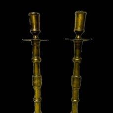 Antigüedades: ANTIGUA PAREJA DE CANDELABROS DE BRONCE DEL SIGLO XVII. 64 CM DE ALTO.. Lote 195009552