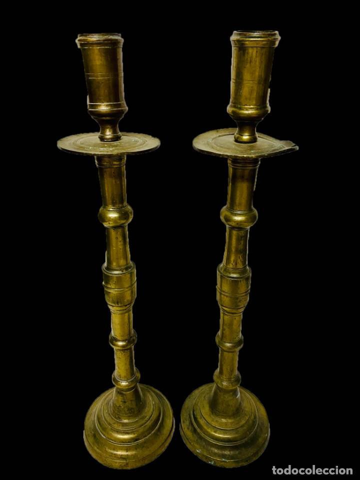 Antigüedades: Antigua pareja de candelabros de bronce del siglo XVII. 64 cm de alto. - Foto 2 - 195009552