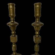 Antigüedades: ANTIGUA PAREJA DE CANDELABROS DE BRONCE DE 1867. FIRMADOS. 38 CM DE ALTO.. Lote 195094707