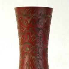 Antigüedades: JARRÓN ORIENTAL EN METAL LACADO CON DECORACIÓN FLORAL EN DORADO AÑOS 70. Lote 195107305