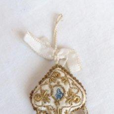 Antigüedades: PRECIOSO ESCAPULARIO EN SEDA Y HILO ORO. VIRGEN. PIEZA ÚNICA. Lote 195108727