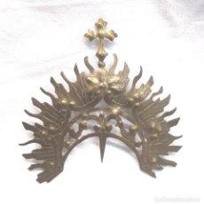 Antigüedades: DIADEMA CORONA LATON CINZELADO Y REPUJADO PARA IMAGEN RELIGIOSA AÑOS 40. MED. 6,50 X 7 CM. Lote 195110450