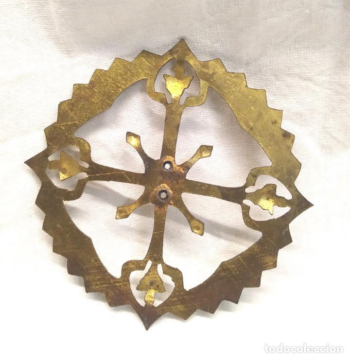 Antigüedades: Corona Resplandor Laton Cinzelado y repujado para Imagen Religiosa años 40. Med. 8 cm - Foto 2 - 195111135