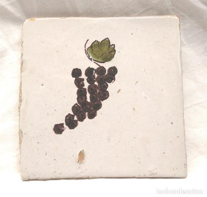 RACIMO UVAS AZULEJO CATALÁN SERIE FRUTAS S XIX. MED. 13 X 13 CM (Antigüedades - Porcelanas y Cerámicas - Catalana)