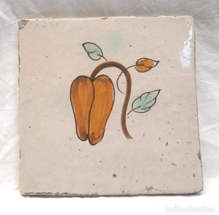 PIMIENTO AZULEJO CATALÁN SERIE FRUTAS S XIX. MED. 13 X 13 CM (Antigüedades - Porcelanas y Cerámicas - Catalana)