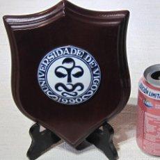 Antigüedades: METOPA MADERA CON MEDALLÓN SARGADELOS, UNIVERSIDAD DE VIGO 1990. Lote 195132147