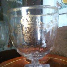 Antigüedades: COPA CON ESCUDO HERÁLDICO,LA GRANJA. Lote 195132708