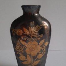 Antigüedades: ORIGINAL JARRÓN DE BRONCE TALLADO A MANO. VINTAGE. Lote 195142043