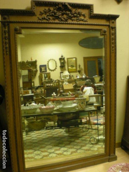 ANTIGUO ESPEJO BISELADO CON MARCO DE NOGAL MODERNISTA (Antigüedades - Muebles Antiguos - Espejos Antiguos)