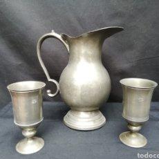 Antigüedades: ANTIGUA JARRA GRANDE CON 2 COPAS DE PELTRE/ ZINK. Lote 195153112