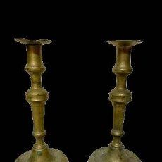 Antigüedades: ANTIGUA PAREJA DE CANDELABROS DE BRONCE HECHOS A MANO. SIGLO XVII. 27 CM DE ALTO.. Lote 195153148