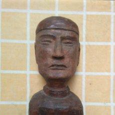 Antigüedades: TALLA DE MADERA DE COLOR ROJIZO DE BUSTO DE HOMBRE.25 CM DE ALTO.CABEZA DE HOMBRE TALLADA EN MADERA.. Lote 195161410