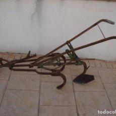 Antigüedades: ANTIGUO ARADO DE TRES GANCHOS. Lote 195162490