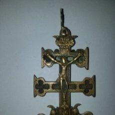 Antigüedades: CRUZ DE CARAVACA EN BRONCE S XVIII 15 CM DE ALTO RELICARIO. Lote 195165801