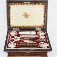 Antigüedades: PALAIS ROYAL SEWING BOX COSTURERO AÑOS 1840. NÁCAR, MADERA NOBLE, BRONCE. HILOS DE ORO, VELVET..... Lote 195168491