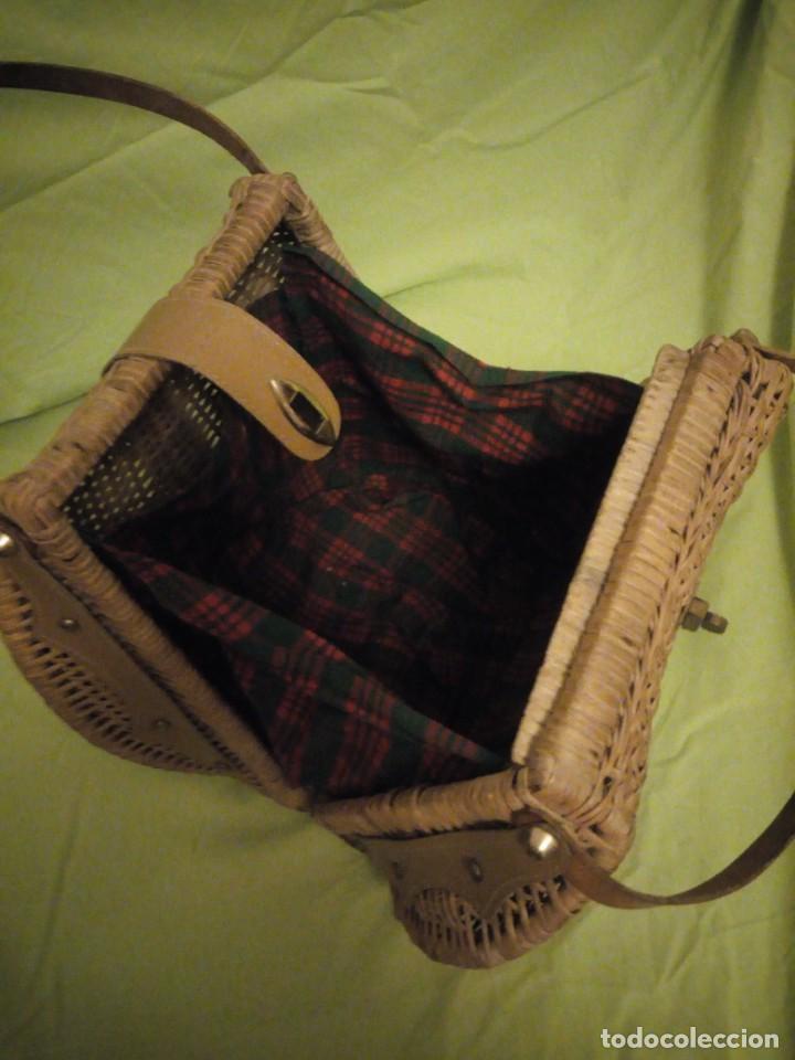 Antigüedades: Antiguo bolso de mimbre con asas de cuero y forro de tejido en el interior.años 30 - Foto 5 - 195173597
