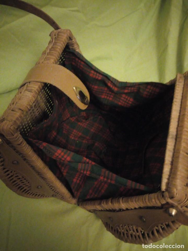 Antigüedades: Antiguo bolso de mimbre con asas de cuero y forro de tejido en el interior.años 30 - Foto 6 - 195173597
