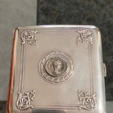 Antigüedades: PITILLERA DE PLATA CONTRASTADA 916 / 000 CON FECHA DE 1921 , DECORADA CON MONEDAS . Lote 195179265