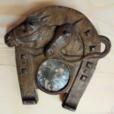 Antigüedades: ANTIGUO MARCO HERRADURA METAL Y MADERA. Lote 195182992