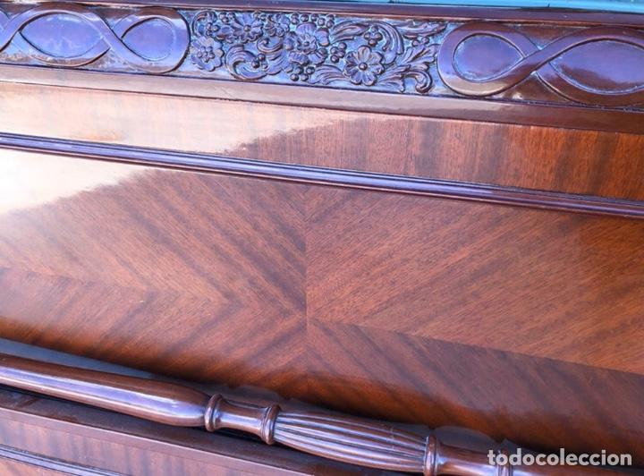 Antigüedades: Preciosa cama de madera de caoba maciza tallada y lacada. - Foto 3 - 195184957