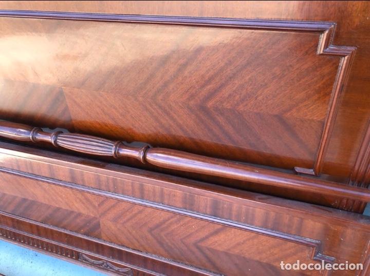 Antigüedades: Preciosa cama de madera de caoba maciza tallada y lacada. - Foto 4 - 195184957