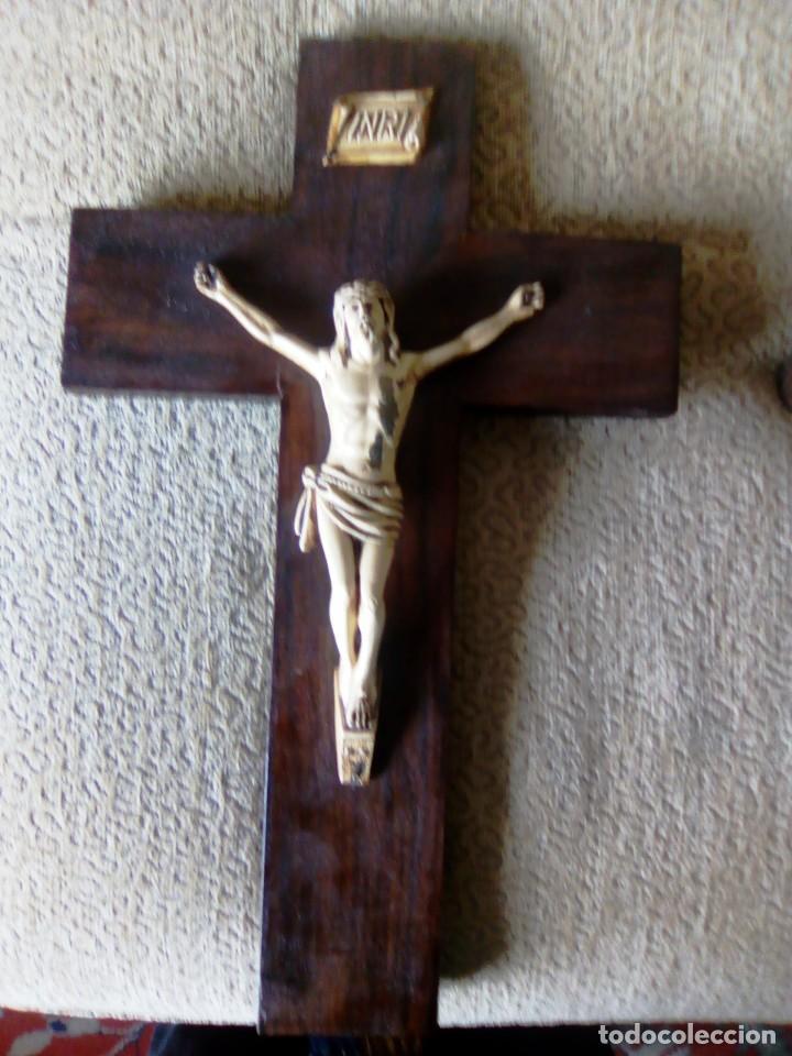Antigüedades: Bonito Cristo de metal pintado de marfil sobre cruz de madera. 40 centímetros. - Foto 2 - 195189133