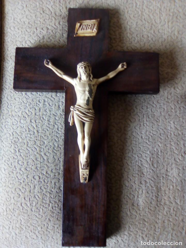 Antigüedades: Bonito Cristo de metal pintado de marfil sobre cruz de madera. 40 centímetros. - Foto 5 - 195189133