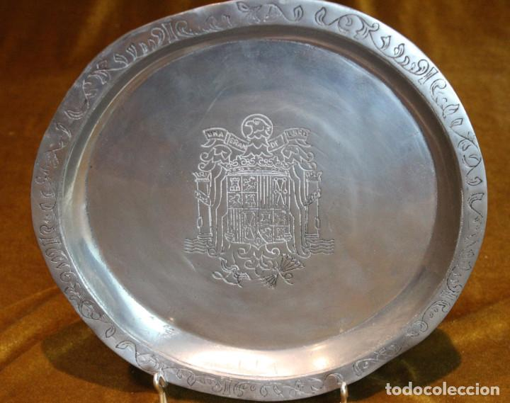 Antigüedades: Plato de estaño con el escudo nacional del águila de San Juan, Arte España,sello. - Foto 2 - 195189348