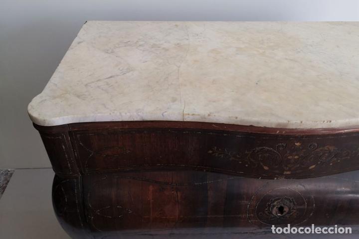 Antigüedades: CÓMODA ISABELINA ABOMBADA. MADERA DE CHICARANDA Y MARQUETERÍA DE LATÓN. ESPAÑA. SIGLO XIX. - Foto 2 - 195194581