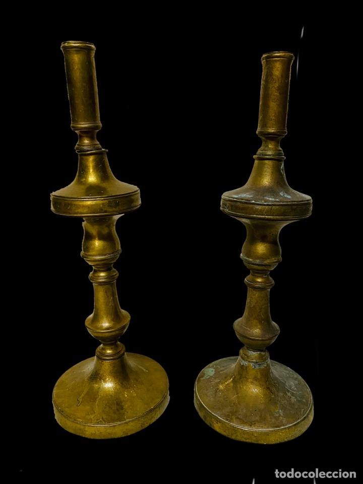 ANTIGUA PAREJA DE CANDELABROS DE BRONCE DEL SIGLO XVII. ELEGANTES. 36 CM DE ALTO (Antigüedades - Iluminación - Candelabros Antiguos)