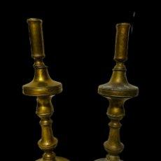 Antigüedades: ANTIGUA PAREJA DE CANDELABROS DE BRONCE DEL SIGLO XVII. ELEGANTES. Lote 195197180