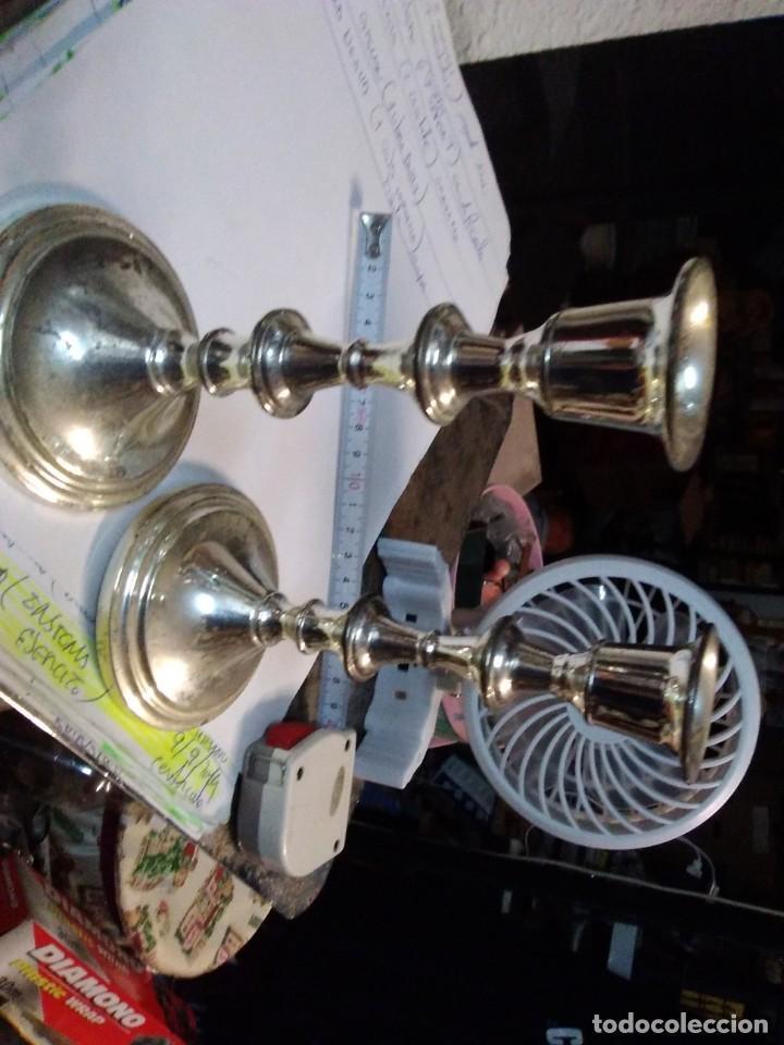 Antigüedades: 2 candelabros metálicos de 15 centímetros - Foto 2 - 195198463